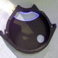 Валидация очистки. Крышка ворошителя таблетпресса в ультрафиолетовом свете после очистки