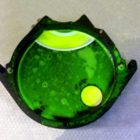 Валидация очистки. Крышка ворошителя таблетпресса с рибофлавиновым раствором