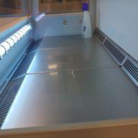 Валидация очистки. Рабочая камера ламинара в ультрафиолетовом свете после очистки